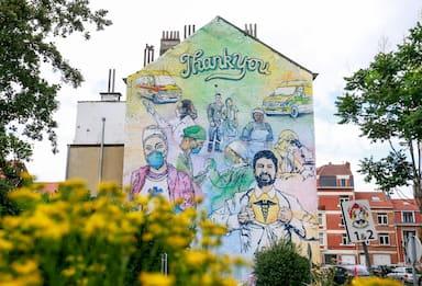 Coronavirus, murale celebra medici e infermieri a Bruxelles. FOTO