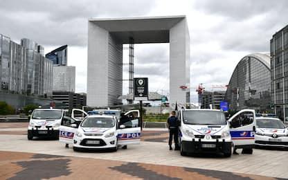 Parigi, conclusa operazione di polizia contro uomo armato alla Defense