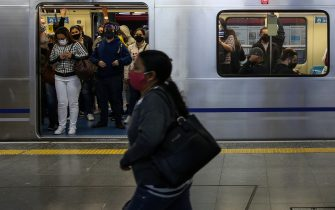 SAO PAULO, BRAZIL - JUNE 29: Passengers wearing face masks ride a subway car in downtown Sao Paulo amidst the coronavirus (COVID-19) pandemic on June 29, 2020 in Sao Paulo, Brazil. The city of Sao Paulo moves to the Yellow phase of quarantine easing, in which commercial establishments can operate following distance rules such as reduced opening hours, restricting the flow of people and maintaining hygiene standards. (Photo by Alexandre Schneider/Getty Images)
