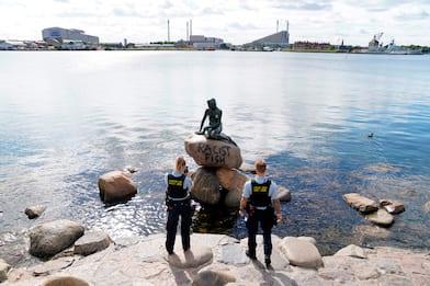 """Copenaghen, statua della Sirenetta vandalizzata: """"Pesce razzista"""""""