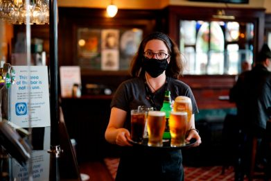 Covid, Gb: in Scozia e Galles riaprono i pub anche all'interno