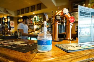 Coronavirus Gran Bretagna, coprifuoco per pub e ristoranti