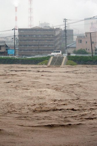epa08525869 The river Kuma overflowing in Yatsushiro, Kumamoto prefecture, southwestern Japan, 04 July 2020. Local authorities asked the evacuation of more than 76,000 residents in Japan's southwestern prefectures of Kumamoto and Kagoshima following floods and mudslides triggered by torrential rain.  EPA/JIJI PRESS JAPAN OUT EDITORIAL USE ONLY/  NO ARCHIVES