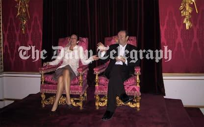 Caso Epstein, scandalo in Uk per foto di Ghislaine su trono regina
