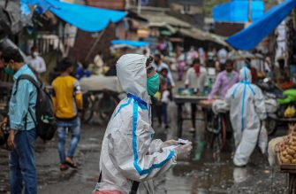 epa08530521 Indian health workers wearing personal protective equipment (PPE) carry out a  medical checkup of the vendors of a 'containment zones' in Ambujwadi area, a COVID-19 hotspot, in Mumbai, India, 06 July 2020. According to media reports, Indian become the third worst-affected country in the world in this coronavirus pandemic  EPA/DIVYAKANT SOLANKI