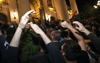 Coronavirus, a Belgrado scontri contro le nuove restrizioni. FOTO