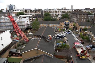 Londra, gru crolla su case. Un morto e quattro feriti. FOTO