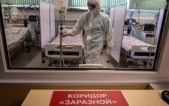 TOPSHOT - A medical worker wearing protective equipment is seen at an intensive care unit of a new hospital built to treat coronavirus patients outside the village of Golokhvastovo on April 23, 2020. - The 800-bed hospital, 70 kilometres (40 miles) south of Moscow, was inspired by a coronavirus facility in the Chinese province of Wuhan, officials said, and was built in a month. The complex is equipped with a lab and a dormitory for staff. (Photo by Yuri KADOBNOV / AFP) (Photo by YURI KADOBNOV/AFP via Getty Images)