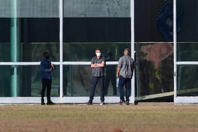 Coronavirus Brasile, Bolsonaro esce dal palazzo presidenziale. VIDEO