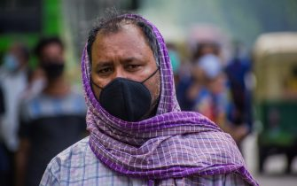 NEW DELHI, INDIA - JULY 09: Indian commuters wearing face masks wait for public transport on July 09, 2020 in New Delhi, India. With nearly 800,000 confirmed cases and over 21,000 deaths, India has now overtaken Russia to become the third worst Covid 19-affected country amid fears that the numbers could shoot up further and turn the nation of over 1.3 billion people into a global hotspot. The Indian government, however, dismissed the concerns by citing the percentage of patients who had recovered. We are a country with the second highest population in the world. Our cases per million are 538, while world average is 1,453, Union health minister Harsh Vardhan told media persons during a press conference on Thursday.  (Photo by Yawar Nazir/Getty Images)