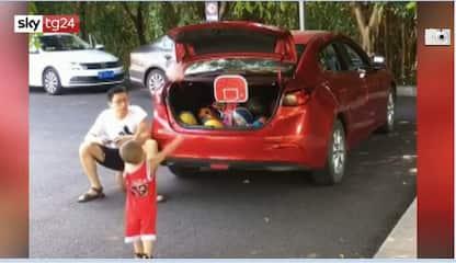 Bimbo cinese di 2 anni non sbaglia un canestro. VIDEO