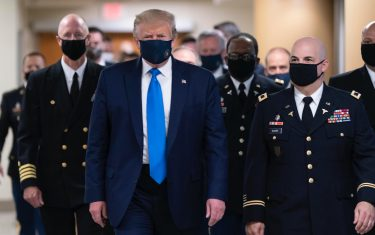 epaselect epa08541218 US President Donald J. Trump (C) wears a face mask as he arrives to visit with wounded military members and front line coronavirus healthcare workers at Walter Reed National Military Medical Center in Bethesda, Maryland, USA, 11 July 2020.  EPA/CHRIS KLEPONIS / POOL