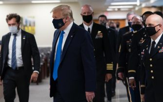 epa08541227 US President Donald J. Trump (C) wears a face mask as he arrives to visit with wounded military members and front line coronavirus healthcare workers at Walter Reed National Military Medical Center in Bethesda, Maryland, USA, 11 July 2020.  EPA/CHRIS KLEPONIS / POOL