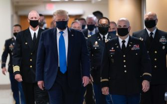 epa08541225 US President Donald J. Trump (C) wears a face mask as he arrives to visit with wounded military members and front line coronavirus healthcare workers at Walter Reed National Military Medical Center in Bethesda, Maryland, USA, 11 July 2020.  EPA/CHRIS KLEPONIS / POOL