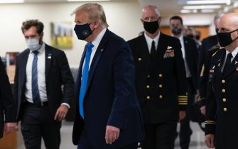 epa08541226 US President Donald J. Trump (C) wears a face mask as he arrives to visit with wounded military members and front line coronavirus healthcare workers at Walter Reed National Military Medical Center in Bethesda, Maryland, USA, 11 July 2020.  EPA/CHRIS KLEPONIS / POOL