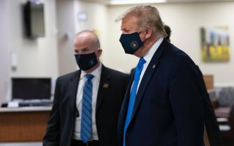 epa08541241 US President Donald J. Trump (R) wears a face mask as he arrives to visit with wounded military members and front line coronavirus healthcare workers at Walter Reed National Military Medical Center in Bethesda, Maryland, USA, 11 July 2020.  EPA/CHRIS KLEPONIS / POOL