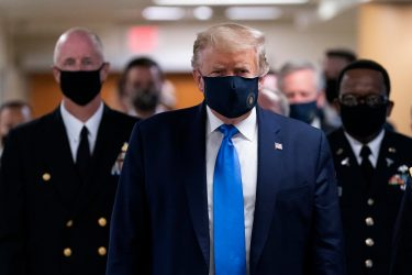 epa08541228 US President Donald J. Trump (C) wears a face mask as he arrives to visit with wounded military members and front line coronavirus healthcare workers at Walter Reed National Military Medical Center in Bethesda, Maryland, USA, 11 July 2020.  EPA/CHRIS KLEPONIS / POOL