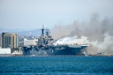 California, incendio su nave militare alla base di San Diego. VIDEO