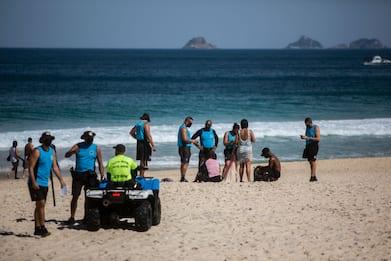 Coronavirus, a Rio de Janeiro spiagge aperte solo per fare sport. FOTO