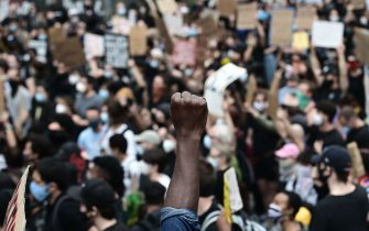 """TOPSHOT - Protesters demonstrate on June 2, 2020, during a """"Black Lives Matter"""" protest in New York City. - Anti-racism protests have put several US cities under curfew to suppress rioting, following the death of George Floyd while in police custody. (Photo by Johannes EISELE / AFP) (Photo by JOHANNES EISELE/AFP via Getty Images)"""