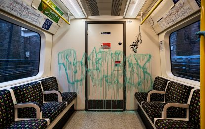 Coronavirus: graffito Banksy cancellato in metro di Londra. FOTO