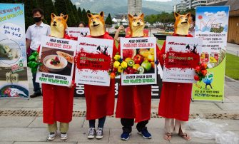 epa08548866 Members of the Vegan in Korea activist group hold placards and shout slogans during a protest against eating dog meat, at Gwanghwamun Square in Seoul, South Korea, 16 July 2020. The protesters voiced their objection to eating dog meat and call for the government to enact a law prohibiting dog-meat consumption.  EPA/JEON HEON-KYUN