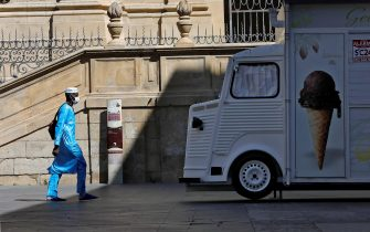 epa08549941 A man wearing a protective face mask takes a stroll along downtown in Lleida, Catalonia, Spain, 16 July 2020. Regional authorities announced special movement restriction measures in the area of Segria in Lleida due to a coronavirus outbreak.  EPA/Susanna Saez