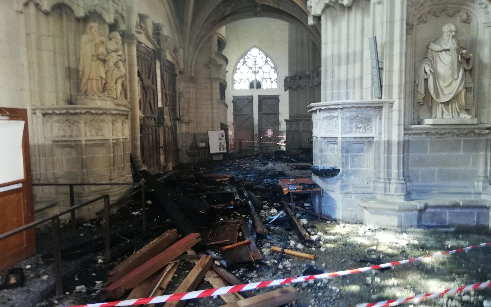 L'interno della cattedrale dopo l'incendio