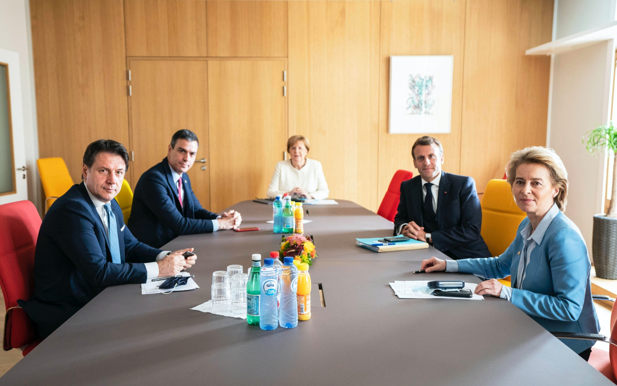 Un momento dell'incontro, negli uffici della delegazione tedesca al Consiglio europeo, tra la cancelliera tedesca Angela Merkel, il premier italiano Giuseppe Conte, il presidente francese Emmanuel Macron, il primo ministro spagnolo Pedro Sanchez, e la presidente della Commissione europea Ursula Von Der Leyen, Bruxelles, 19 luglio 2020. ANSA/ PALAZZO CHIGI/ FILIPPO ATTILI +++ ANSA PROVIDES ACCESS TO THIS HANDOUT PHOTO TO BE USED SOLELY TO ILLUSTRATE NEWS REPORTING OR COMMENTARY ON THE FACTS OR EVENTS DEPICTED IN THIS IMAGE; NO ARCHIVING; NO LICENSING +++