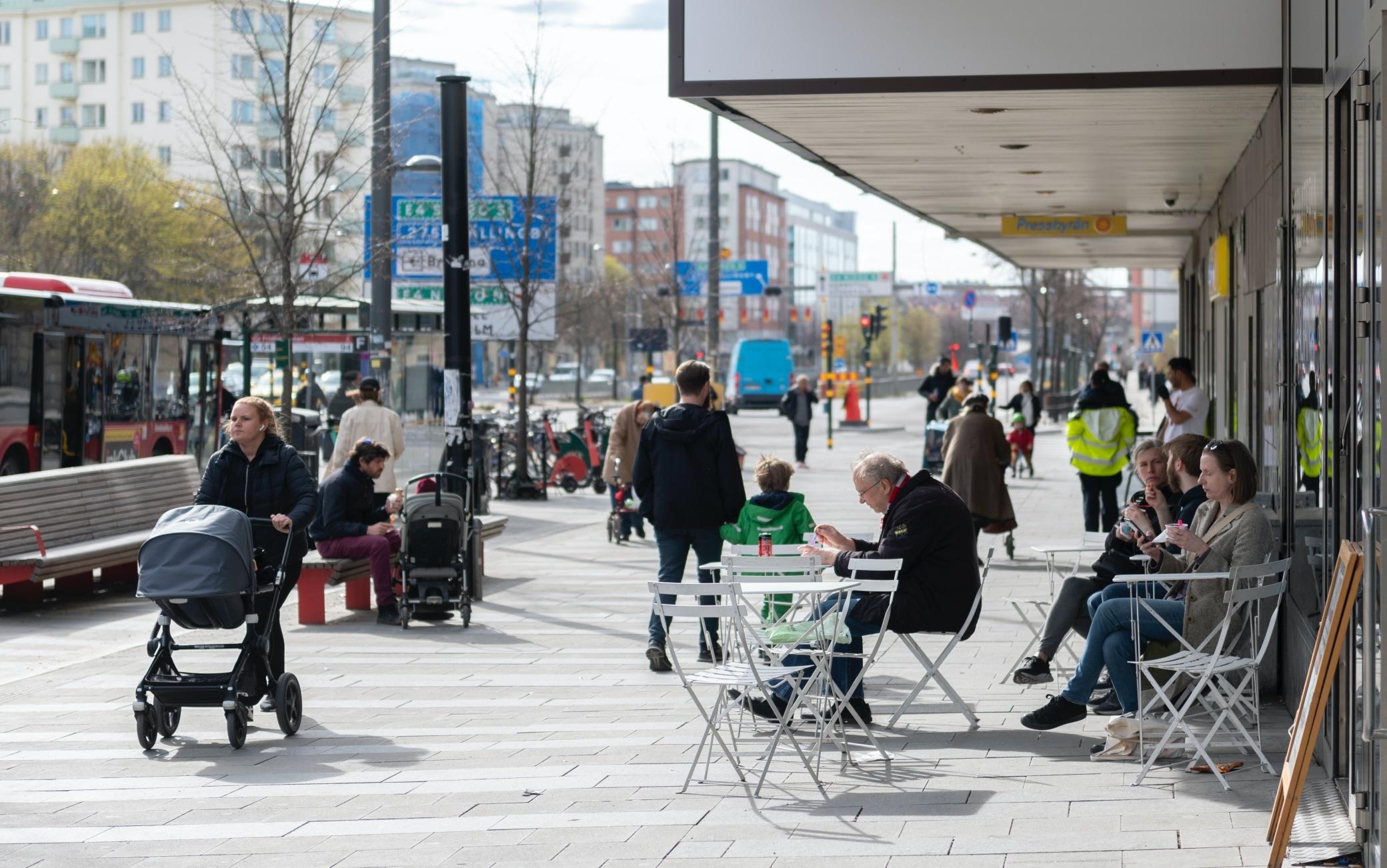 April 20, 2020, Stockholm, SWEDEN: People eat icecream at an outdoor café as others pass by, amid the coronavirus disease (COVID-19) outbreak, in central Stockholm, Sweden, on April 20, 2020...Photo: Ali Lorestani / TT / code 11950 (Credit Image: © Ali Lorestani) (Ali Lorestani/Tt / IPA/Fotogramma, Stockholm - 2020-04-20) p.s. la foto e' utilizzabile nel rispetto del contesto in cui e' stata scattata, e senza intento diffamatorio del decoro delle persone rappresentate