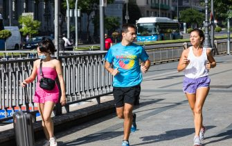 MADRID, SPAIN - JULY 20: A man and a woman run through Madrid without wearing a mask on July 2, 2020 in Madrid, Spain. Together with the Canary Islands, the Community of Madrid is the only one where it is not yet mandatory to wear a mask. (Photo by David Benito/Getty Images)