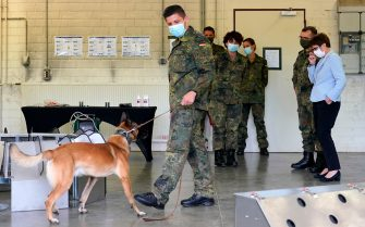 epa08564005 German Minister of Defence Annegret Kramp-Karrenbauer (R) watching a dog's training session during her visit to a School for Service Dogs of the Bundeswehr in Ulmen near Koblenz, Germany, 24 July 2020. In the German Bundeswehr Graefin-von-Maltzan barracks in Ulmen, service dogs are being trained as sniffer dogs for the coronavirus Covid-19.  EPA/RONALD WITTEK