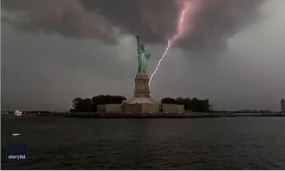 New York, fulmine colpisce la Statua della Libertà. VIDEO