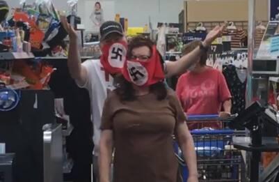 Coronavirus Usa, coppia da Walmart con mascherine con svastica