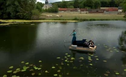 Francia, pianista suona galleggiando sul lago. VIDEO