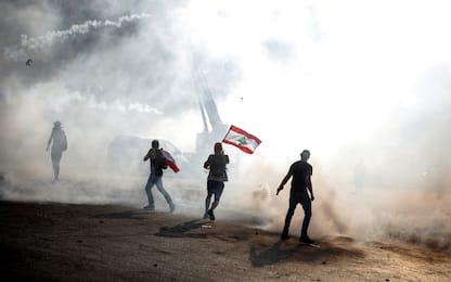 Beirut, proteste in piazza: morto un agente, centinaia di feriti
