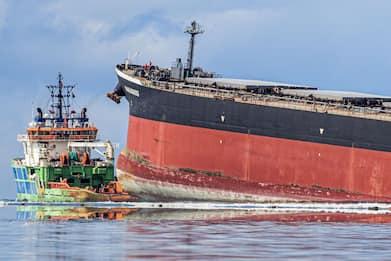 Mauritius, petroliera incagliata perde carburante: è stato d'emergenza