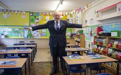 Regno Unito, Coronavirus: Boris Johnson visita le scuole
