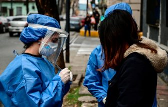 Argentinian dentist Agostina Guerra (L), who graduated from the University of Buenos Aires (UBA), is pictured working as a volunteer to detect cases of the COVID-19 coronavirus, in La Boca neighborhood, Buenos Aires, on August 3, 2020. - A group of volunteers of the University of Buenos Aires (UBA) is dedicated to look for coronavirus-infected people in guesthouses, nursing homes and among police forces to alleviate doctors from this task so they can concentrate in treatments. (Photo by RONALDO SCHEMIDT / AFP) (Photo by RONALDO SCHEMIDT/AFP via Getty Images)