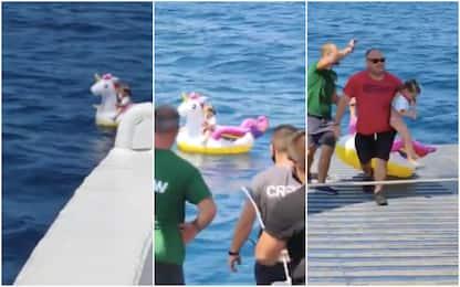 Grecia, bimba alla deriva su unicorno gonfiabile: traghetto la salva