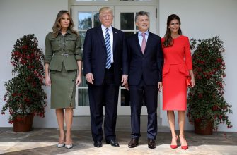 WASHINGTON, DC - APRIL 27:  U.S. President Donald Trump and first lady Melania Trump (L) welcome President Mauricio Macri of Argentina and the first lady of Argentina, Juliana Awada (R), to the White House shortly before meeting in the Oval Office April 27, 2017 in Washington, DC.  Trump is scheduled to meet with Macri throughout the morning and early afternoon to discuss a range of bilateral issues.  (Photo by Win McNamee/Getty Images)