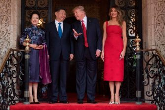 US First Lady Melania Trump (R) and President Donald Trump (2nd R) pose with Chinese President Xi Jinping (2nd L) and his wife Peng Liyuan (L) upon their arrival to the Mar-a-Lago estate in West Palm Beach, Florida, on April 6, 2017. / AFP PHOTO / JIM WATSON        (Photo credit should read JIM WATSON/AFP via Getty Images)