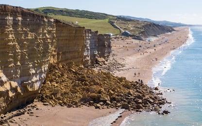 Inghilterra, crolla scogliera: 9mila tonnellate in spiaggia. FOTO
