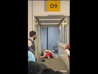 New York, rissa tra due donne ritarda la partenza di un volo. VIDEO