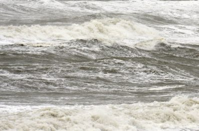 Una nave cargo colpita da un tifone è dispersa al largo del Giappone