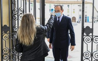VENARIA REALE, ITALY - MAY 29: A security officer measures the temperature to the President of Piedmont Alberto Cirio during the opening of the exhibition Sfida al Barocco on May 29, 2020 in Venaria Reale, Italy. Many Italian businesses have been allowed to reopen, after more than two months of a nationwide lockdown meant to curb the spread of Covid-19. (Photo by Diego Puletto/Getty Images)