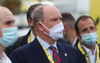 """Prince's Albert II of Monaco attends the podium ceremony of """"la course by le tour"""" women's race prior to the 1st stage of the 107th edition of the Tour de France cycling race, 156 km between Nice and Nice, on August 29, 2020. (Photo by Thibault Camus / POOL / AFP) (Photo by THIBAULT CAMUS/POOL/AFP via Getty Images)"""