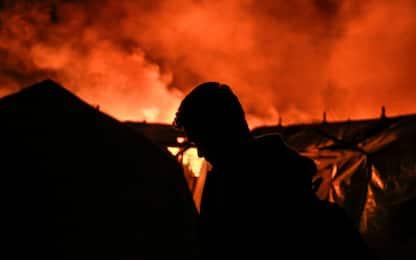 Vasto incendio devasta il campo profughi di Moria a Lesbo. FOTO