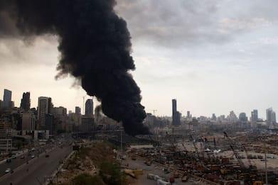Libano, violento incendio nel porto di Beirut