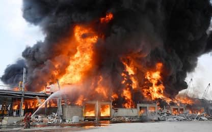 Beirut, torna la paura: nuovo incendio nella zona del porto. VIDEO